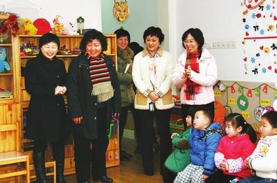 五原路幼儿园的环境布置缤纷喜气,领导们和幼儿园小朋友们一起参与