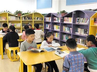 学校电子屏,各教室墙面上都凸显社会主义核心价值观,新版中小学生守则
